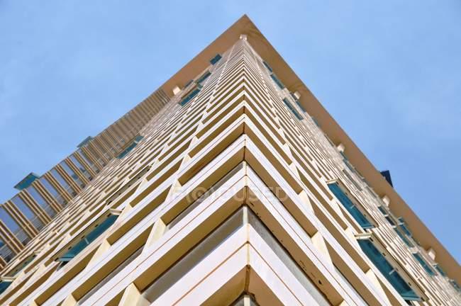 Vista dal basso dell'angolo del grattacielo e cielo blu — Foto stock