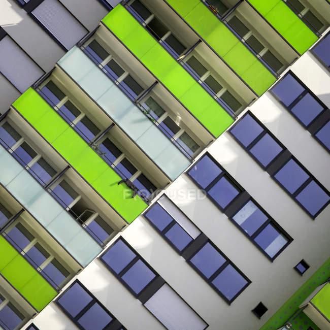 Разноцветными балкончиками жилого здания — стоковое фото