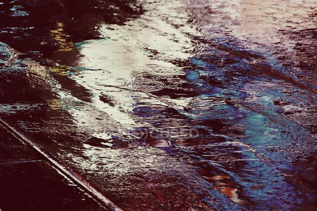 Vue des flaques de pluie sur l'asphalte — Photo de stock