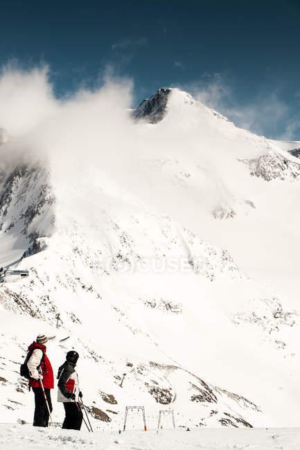 Два лыжников в снегу покрыты горы — стоковое фото