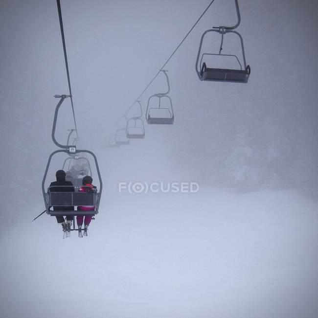 Gente de remonte en el tiempo nevoso - foto de stock