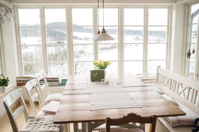 Leve para casa design de interiores em casa de aldeia, mesa na parede da janela — Fotografia de Stock