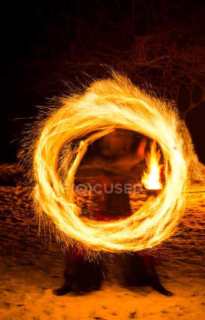 Bewegung-Ansicht der Person, die Feuer-Show in der Nacht — Stockfoto