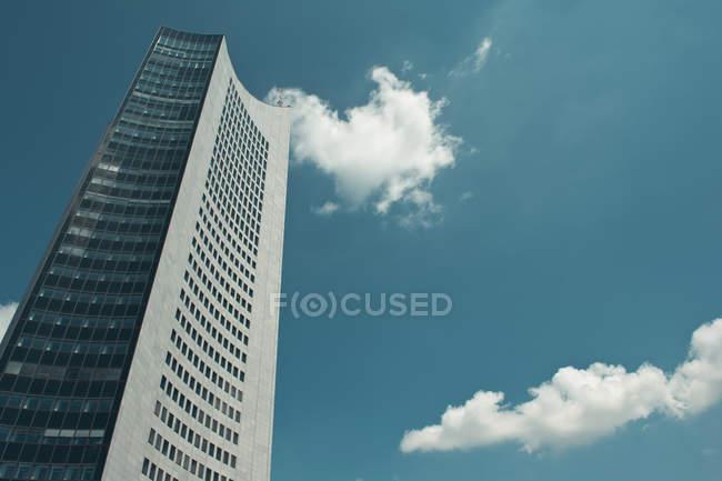Vista inferiore di un edificio di architettura moderna — Foto stock