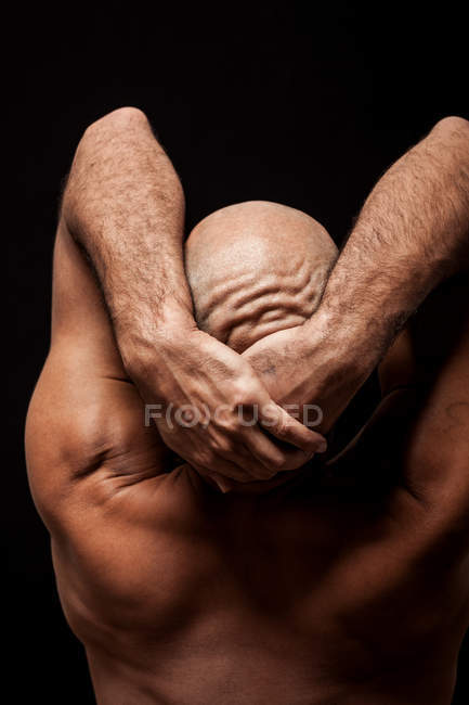Vue arrière du sportif homme chauve tenant tête — Photo de stock