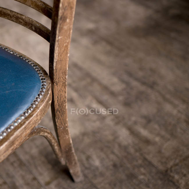 Cadeira de madeira vazio closeup de exibição de detalhes — Fotografia de Stock