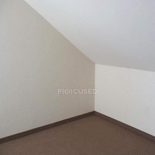 Tagsüber Blick auf weiße Wände und Dachboden-Ecke — Stockfoto