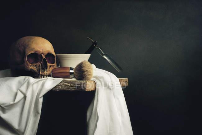 Forniture di rasatura con il cranio umano — Foto stock