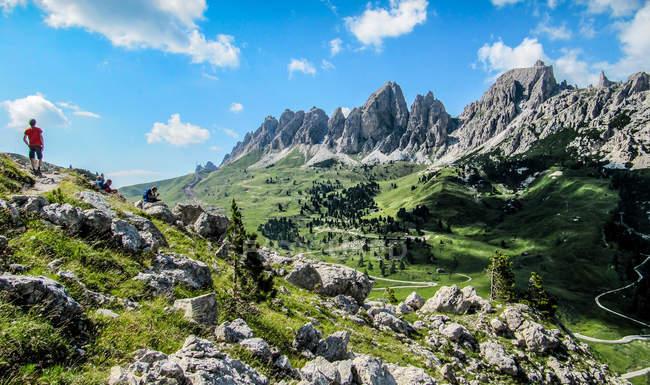 Menschen wandern in den Dolomiten, Alpen, Italien — Stockfoto