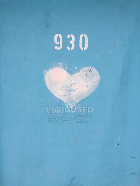 Крупным планом зрения числа и сердца подписать на синий контейнер — стоковое фото