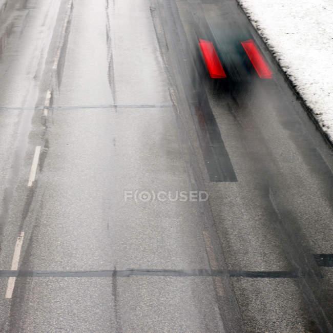 Luftaufnahme der Straße mit Verkehr, Bewegungsunschärfe, winter — Stockfoto