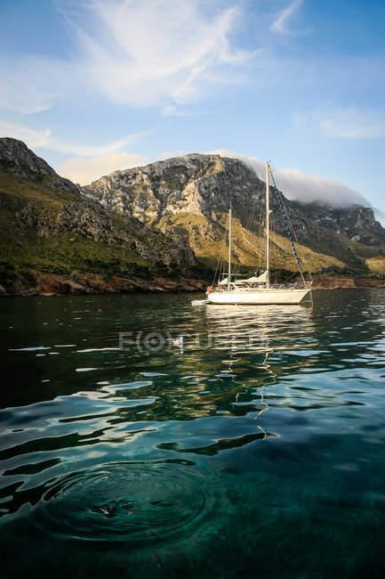 Voilier par la pittoresque côte méditerranéenne — Photo de stock