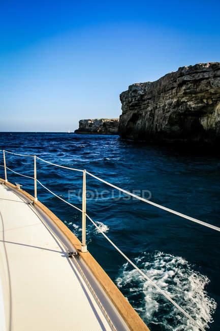 Скелястий берег вид з вітрильник — стокове фото