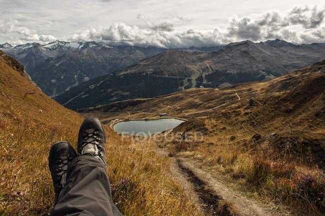 Lago de la montaña rodeado de montañas y colinas - foto de stock