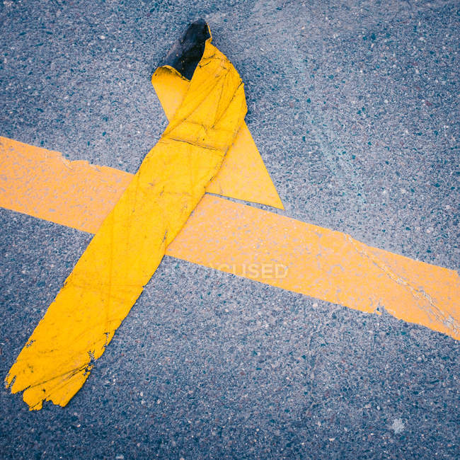 Ligne de route cassé sur l'asphalte — Photo de stock