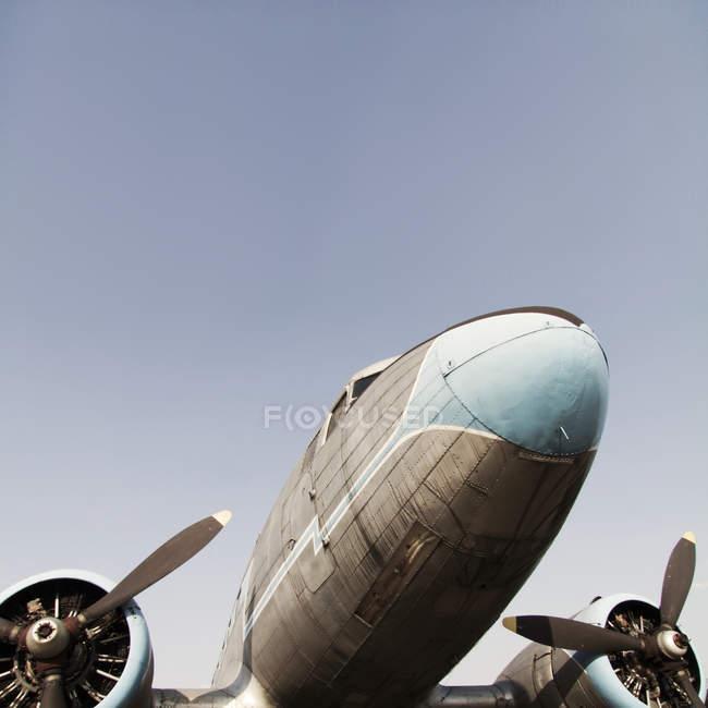 Низький кут зору старий літак з двох гвинтів — стокове фото