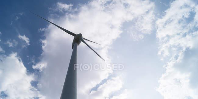 Ветряная мельница против пасмурное небо — стоковое фото