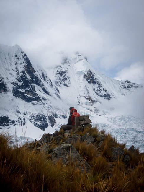 Paisaje de montaña y excursionistas - foto de stock