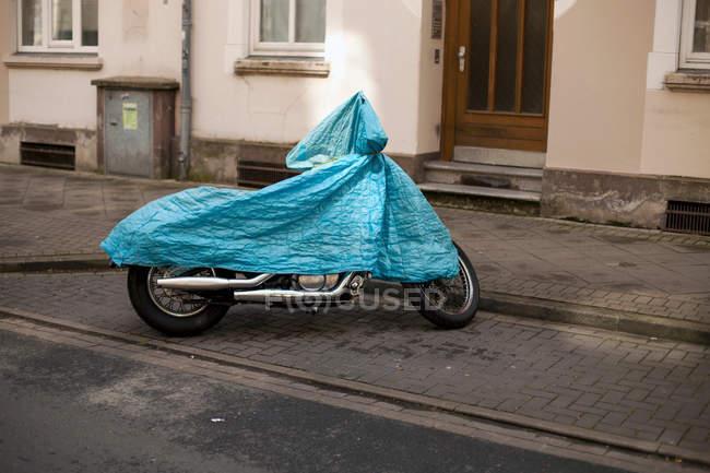Дневной вид припаркованных мотоцикл в накидку от дождя — стоковое фото