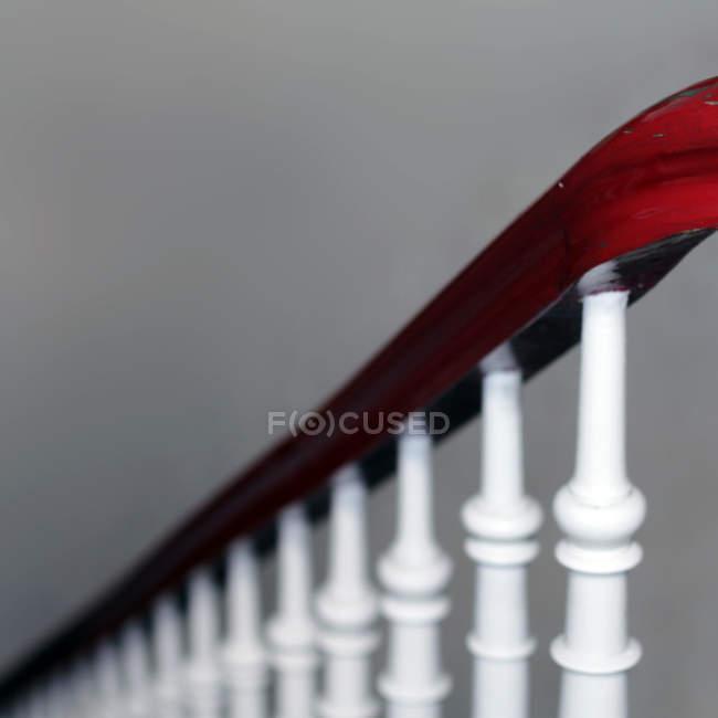 Closeup vista do corrimão da escada pintada de vermelho e branco — Fotografia de Stock