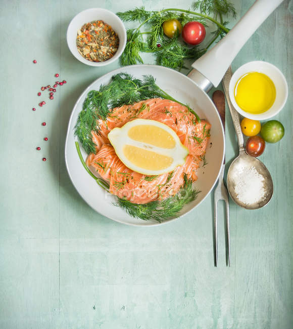 Fish with vegetables and herbs — Stock Photo