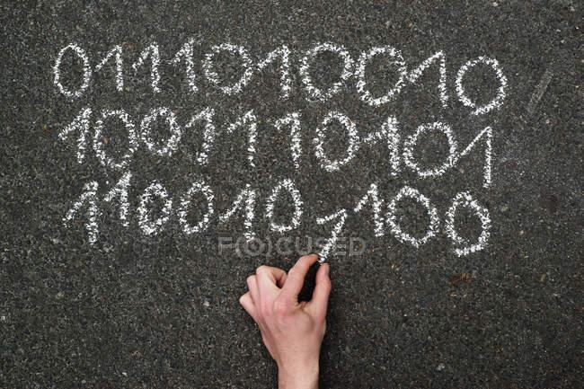 Двоичный код, написанный с Мел — стоковое фото