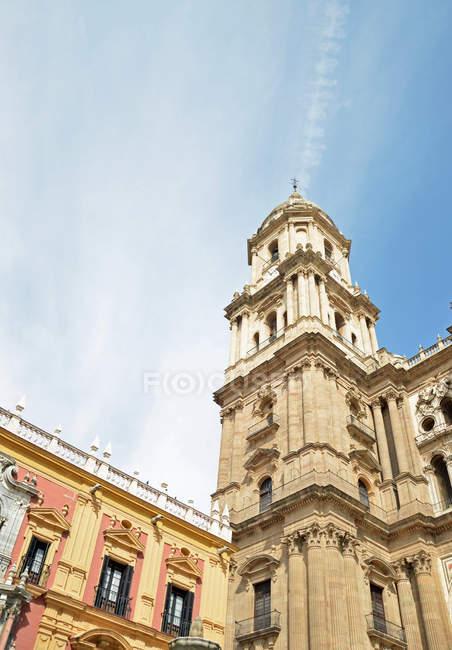 Старый город фасадов зданий и древней церкви — стоковое фото