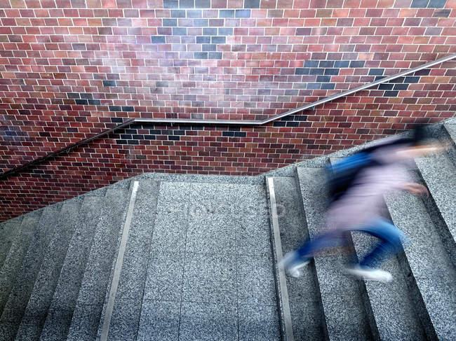 Bewegungsunschärfe Sicht der Person Treppensteigen — Stockfoto