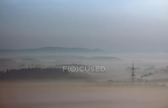 Naturale paesaggio e alimentazione linee Mostra in tempo nebbioso — Foto stock