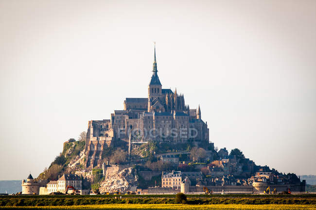 Monastery architecture building and houses on mountain hill in France, Saint Michaels Mount — Stock Photo