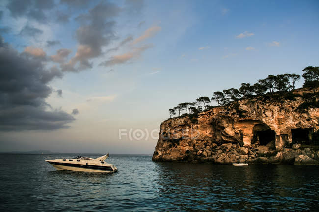 Морський пейзаж з Вітрильники по скелястому узбережжі — стокове фото