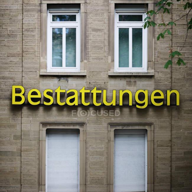 Vue rapprochée du signe sur la construction de façade — Photo de stock