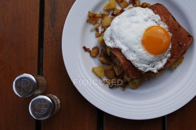 Жареное яйцо на жареный картофель — стоковое фото