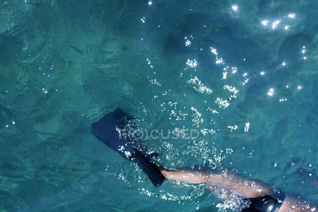 Обрізаний подання плавальних людина ноги в ласти водній поверхні — стокове фото
