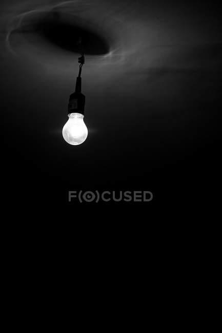 Eine Erleichterte Glühbirne Im Dunklen Raum Künstliches Licht