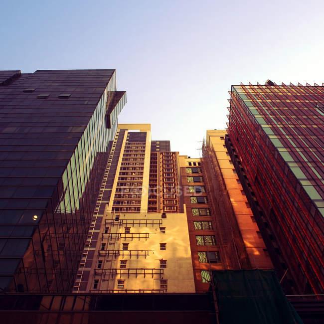 Edifici di architettura moderna in vista del fondo luce, tramonto — Foto stock