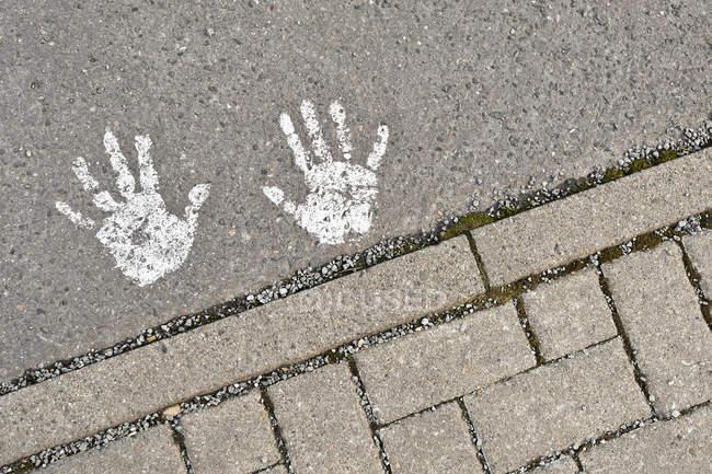 Vue recadrée sur des plaques de rues urbaines sur l'asphalte — Photo de stock
