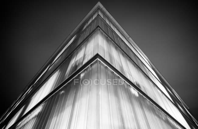 Vista inferior de canto de vidro moderna imagens de arranha-céu, preto e branco — Fotografia de Stock