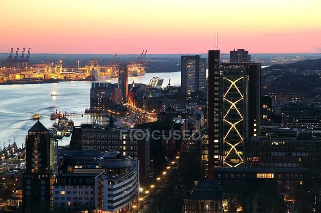 Aerial Stadtbild von Hamburg beleuchtet in der Dämmerung, Deutschland — Stockfoto