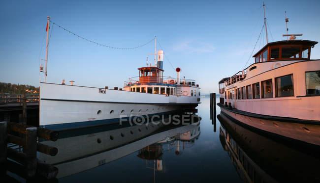 Navires à passagers amarrés dans le port — Photo de stock