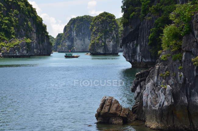 Морський пейзаж з скелястому узбережжі — стокове фото