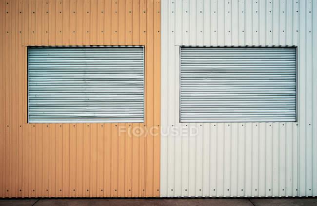 Parede de amarela e branca com obturadores da janela — Fotografia de Stock