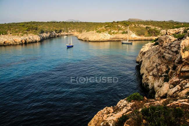 Краєвид з Вітрильники по скелястому березі — стокове фото