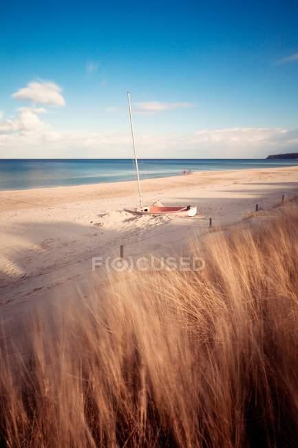 Meer-Ansicht mit gebrochenen Segelboot — Stockfoto