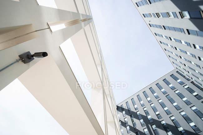 Vista diurna inferior de cámara en moderno edificio - foto de stock