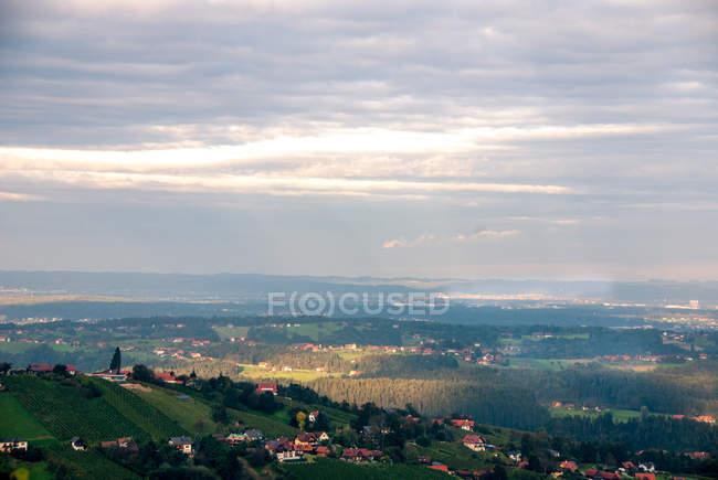 Горы пейзаж с домами, в маленьком городке — стоковое фото