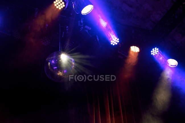 Bunte Lichter Club Laternen und reflektierenden Discokugel — Stockfoto