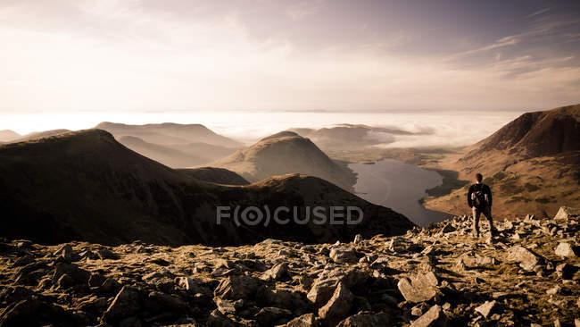 Paesaggio delle montagne con uomo Viandante sulla parte superiore — Foto stock