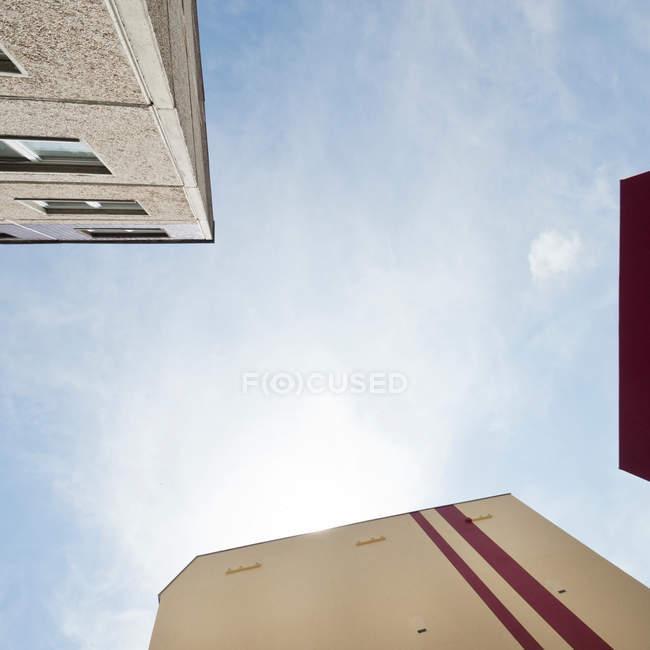Edifícios contra um céu azul — Fotografia de Stock