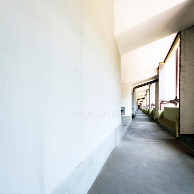 Vista diurna do corredor com paredes brancas — Fotografia de Stock